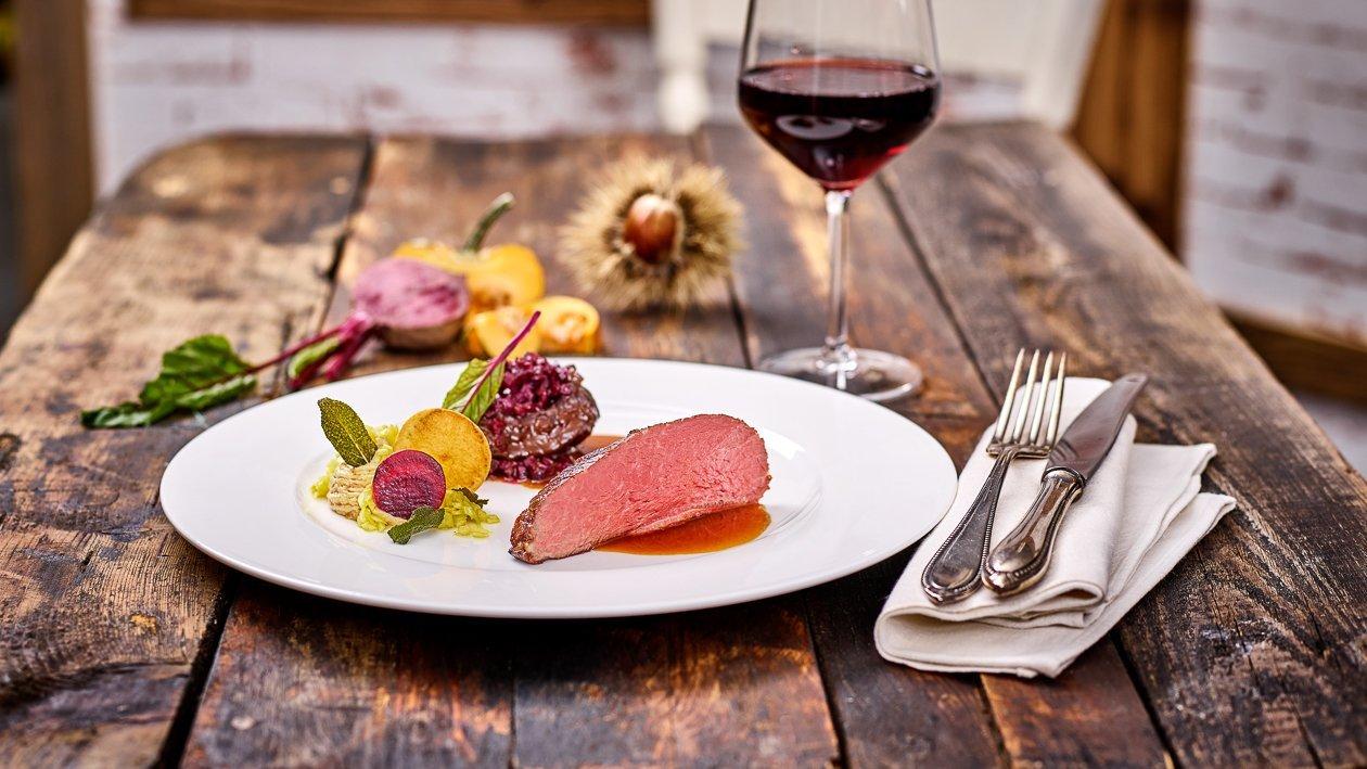 Rosa gebratener Tafelspitz mit geschmorten Rinderbackerl auf Kraut - Kartoffelpüree