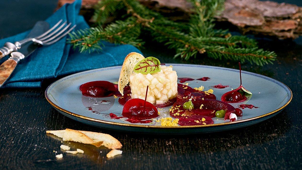 Rote Rüben Carpaccio mit Apfeltartar, Gurke gebeizter Eidotter und Melba Toast