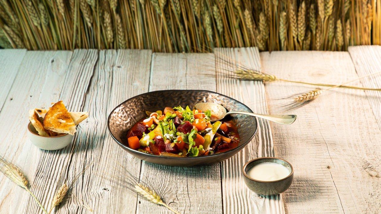 Rote Rüben - Kürbis Curry mit Joghurt und Naanbrot