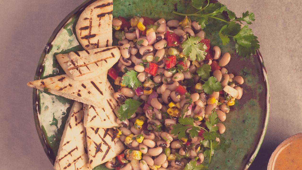 Salat Bowl mit Augenbohnensalat, Pitta-Brot und Ost-Afrikanischem Dressing