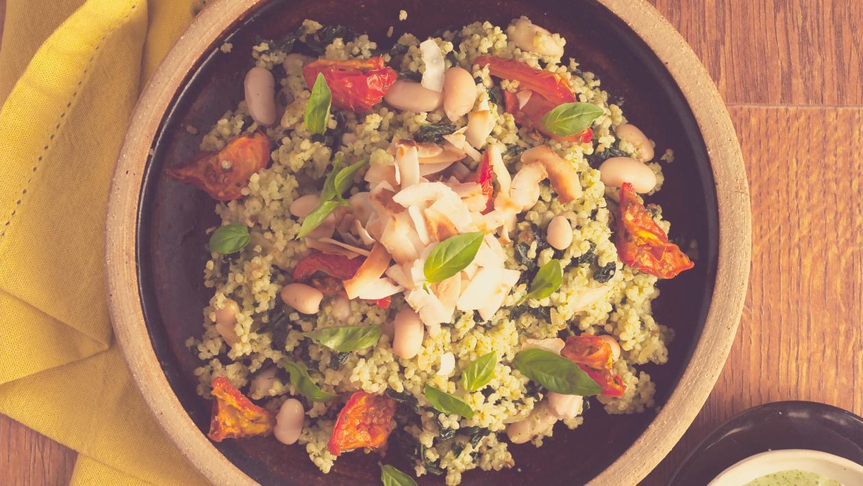 Salat Bowl mit Hirse, Kohl, Riesenbohnen und einer Basilikum Dressing mit geröstetem Knoblauch