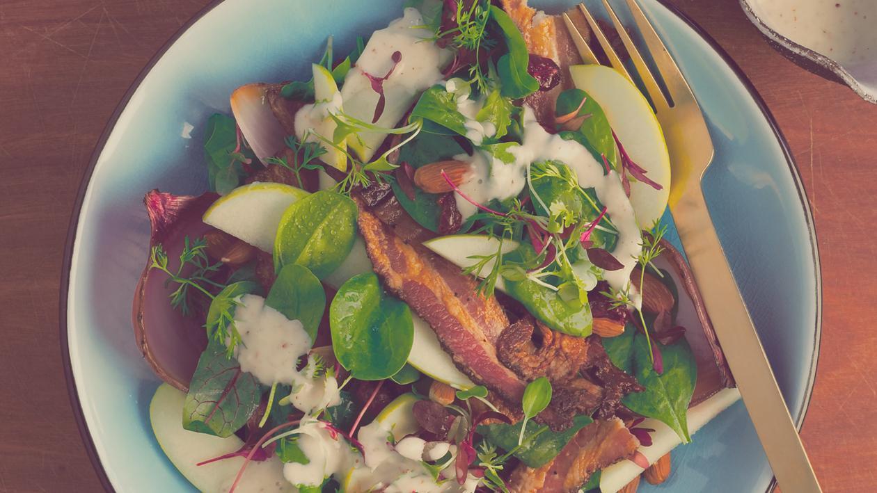 Salat Bowl mit lauwarmen Speck, geräucherten Zwiebeln, Cranberries und Apfel
