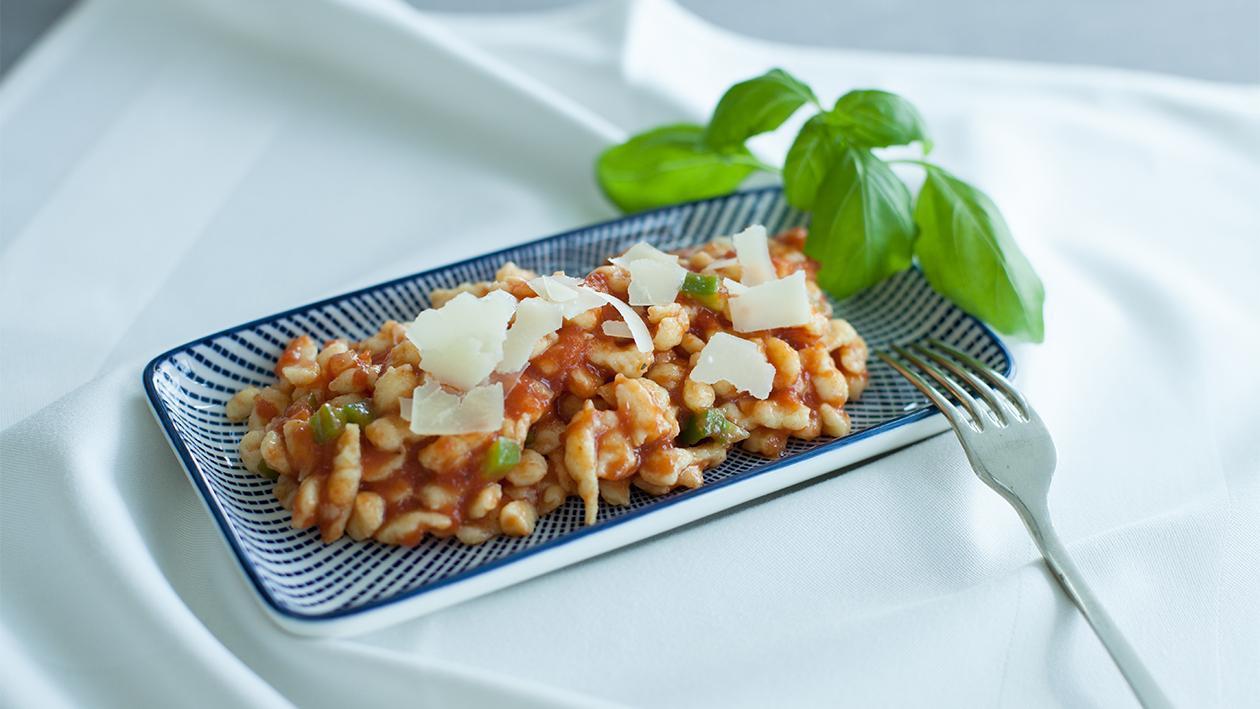 Spätzle mit Tomatensauce und Pecorino