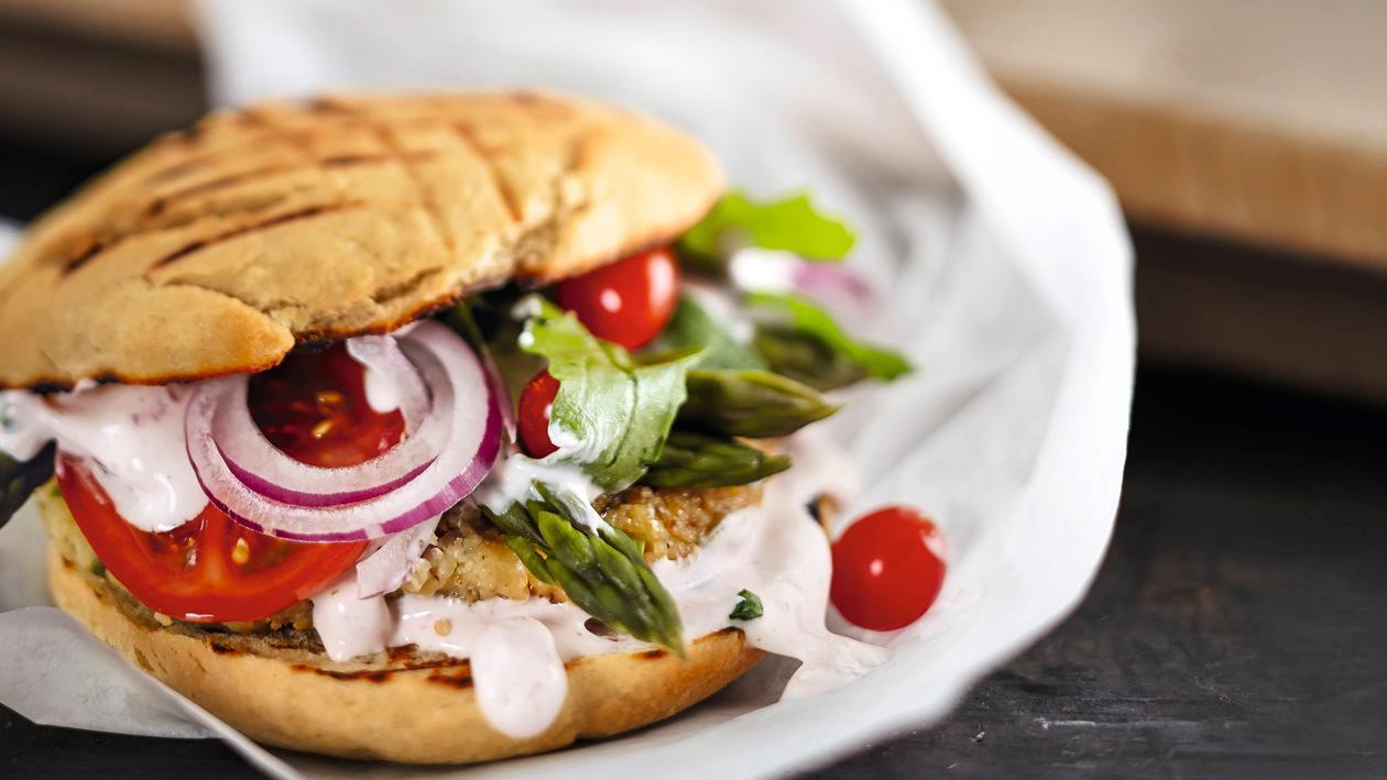 Spargel Burger mit Vegetarischem Paddy & veganer Mayo