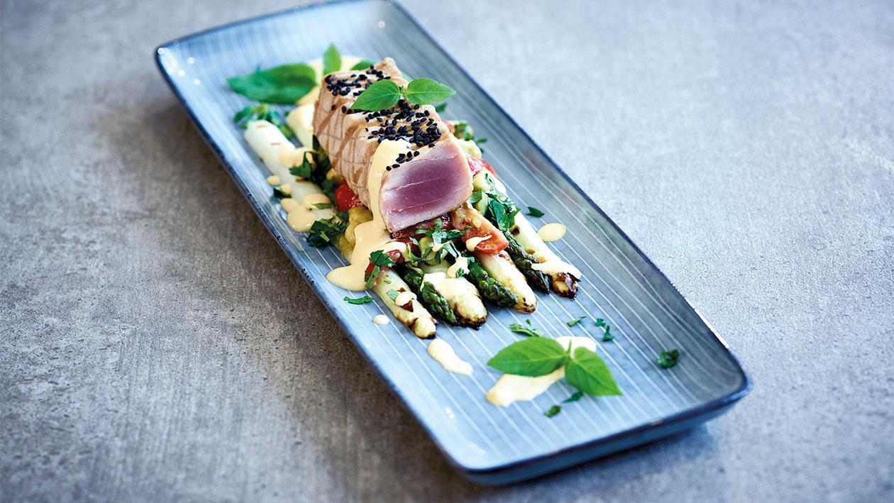Spargel mit Thunfisch, Tomatenhollandaise und Avocados