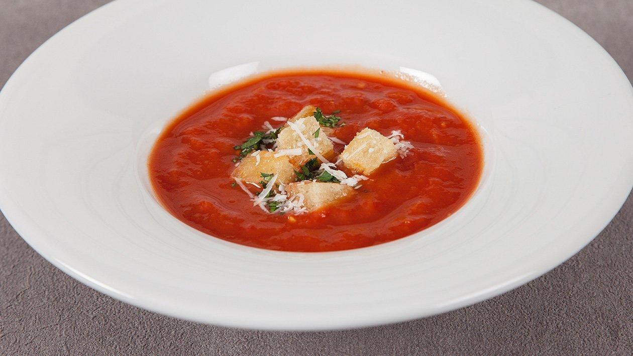 Tomatensuppe mit schwarzen Oliven und Parmesan Croutons
