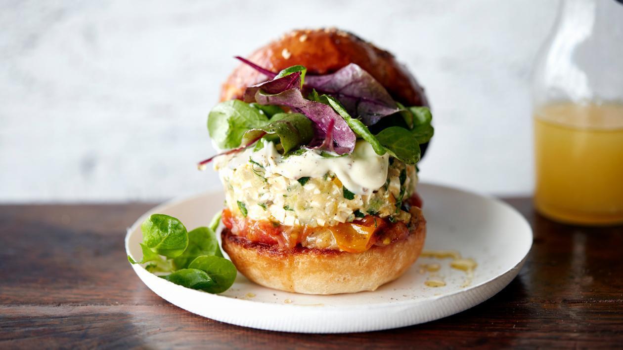 Vegetarischer Tofu-Zucchini-Burger mit Senfmayonnaise