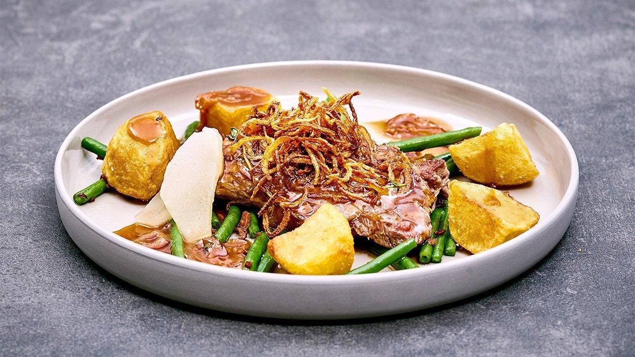 Wiener Zwiebelrostbraten mit Speckfisolen und Bratkartoffel