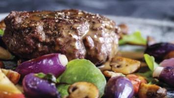 Wildschwein-Burger mit fruchtiger Pilzsauce auf Schalotten-Rosenkohl Gemüse