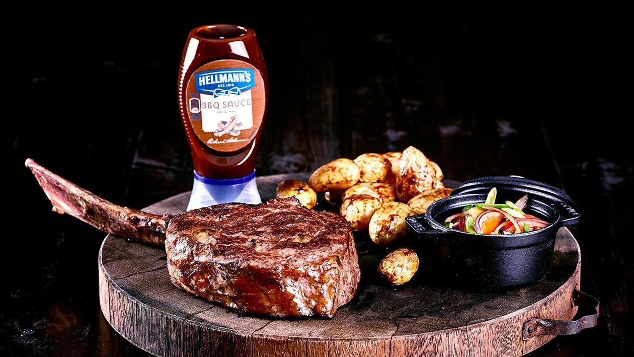 800°C Tomahawk Steak mit lauwarmen Tomatensalat und BBQ Kartoffeln