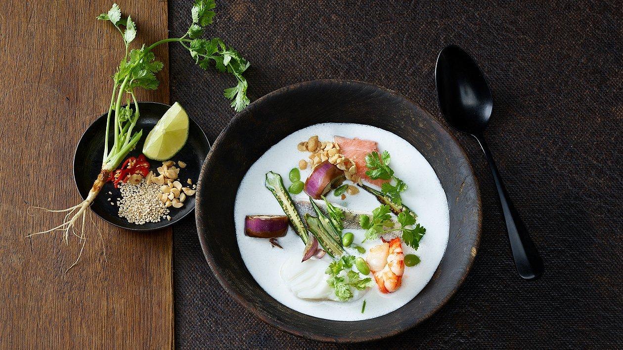 Kokossuppe mit Fischen und Gemüse