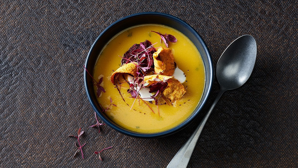 Kürbiscreme-Suppe mit Gemüse-Chips