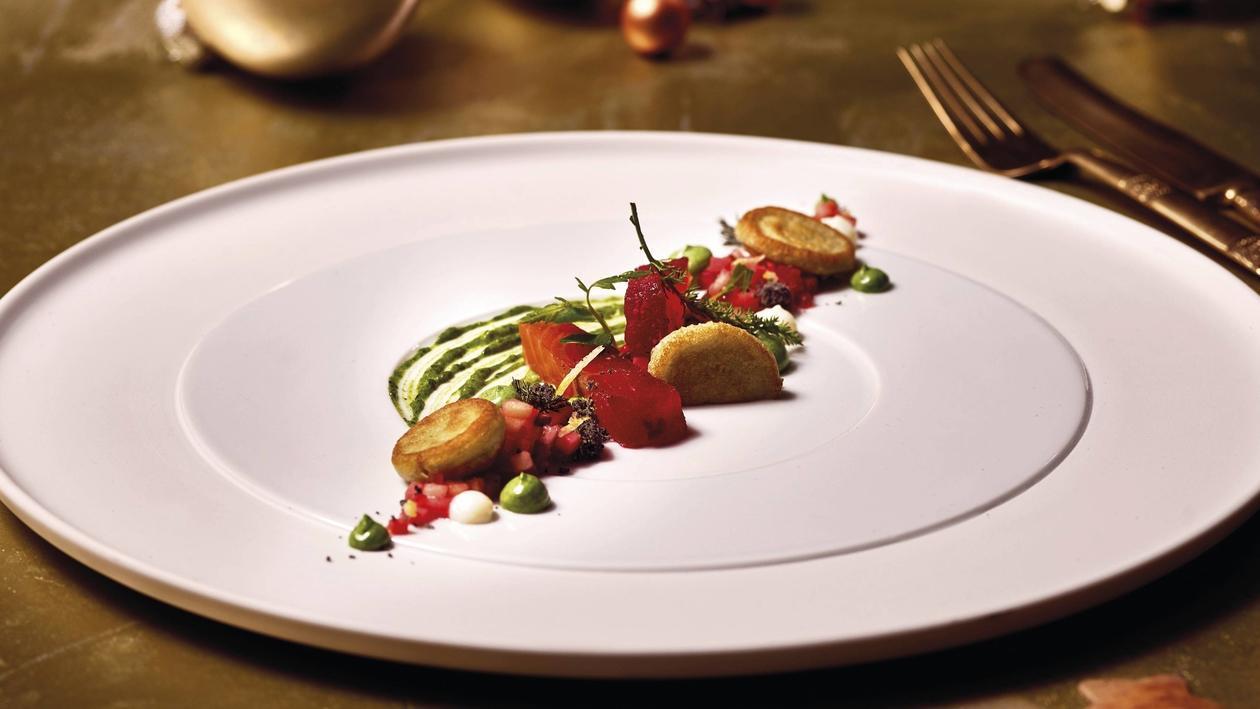 Randen marinierter Lachs, Moosmayonnaise, Kartoffel-Buchweizen Blini, Gemüsevinaigrette, Sepiacrumble, getrocknetes Eigelb