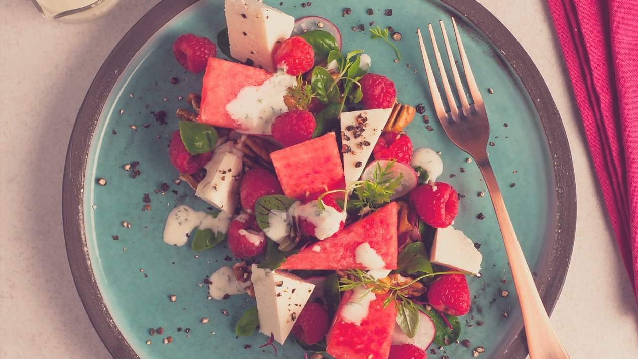 salat bowl mit wassermelone feta himbeeren und cremigem dressing. Black Bedroom Furniture Sets. Home Design Ideas