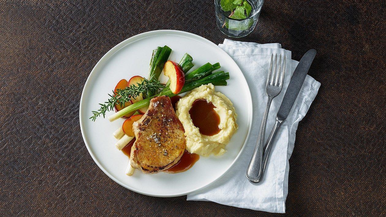 Sautiertes Schweinskotelette mit Kartoffelstock und Lauch-Apfel-Gemüse