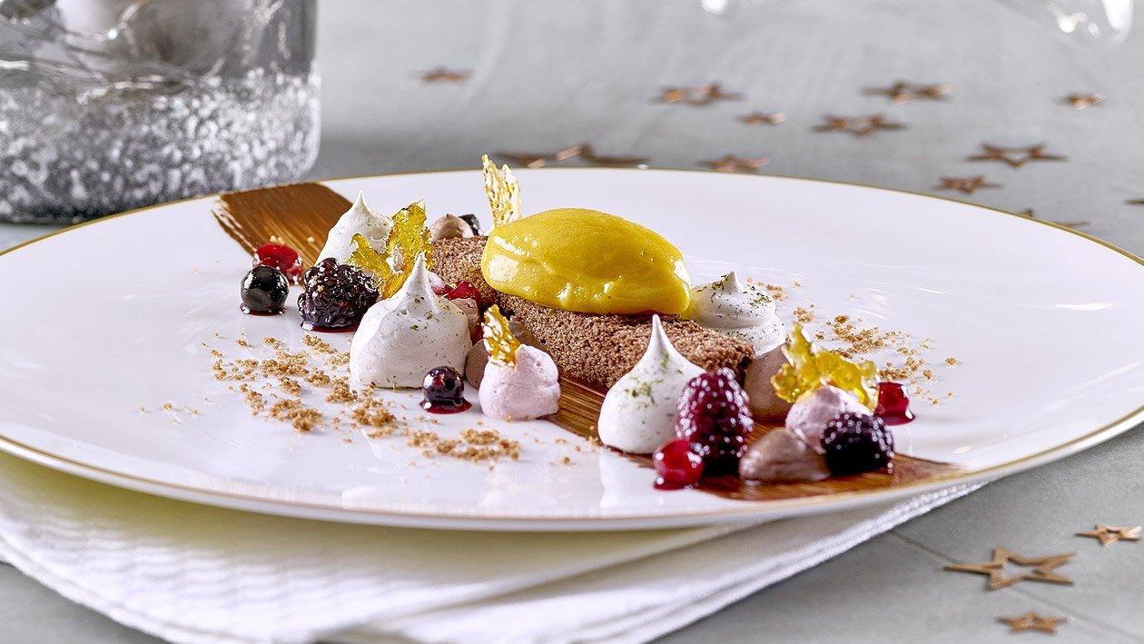 Schokoladenkuchen mit Lebkuchenmousse, Glühweincreme, Beeren und Passionsfruchteis