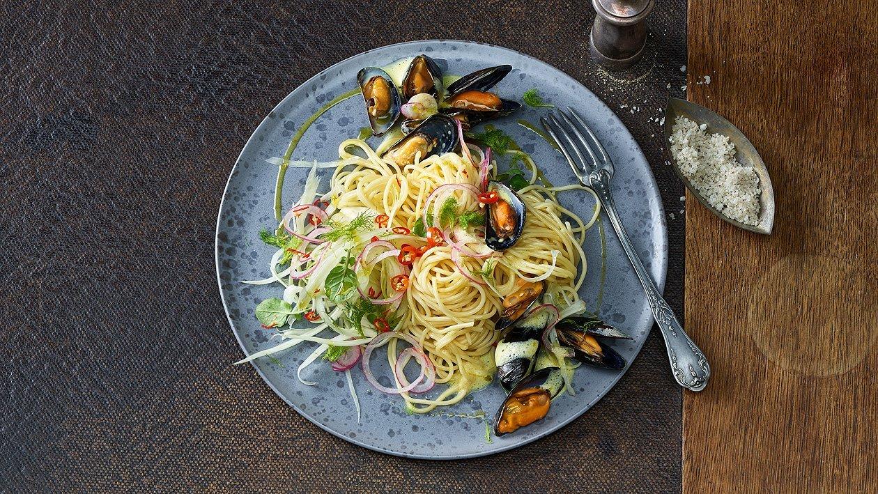 Spaghetti aglio olio peperoncini mit Miesmuscheln und Fenchel