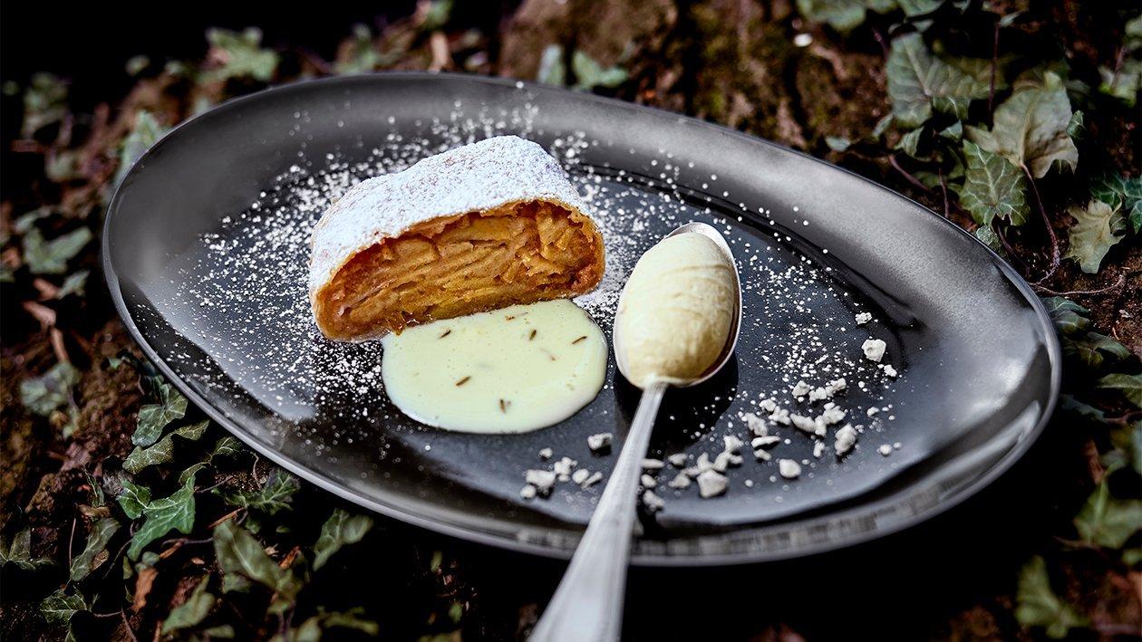 Apfelstrudel mit Bratapfel-Halbgefrorenem und Lavendelsauce
