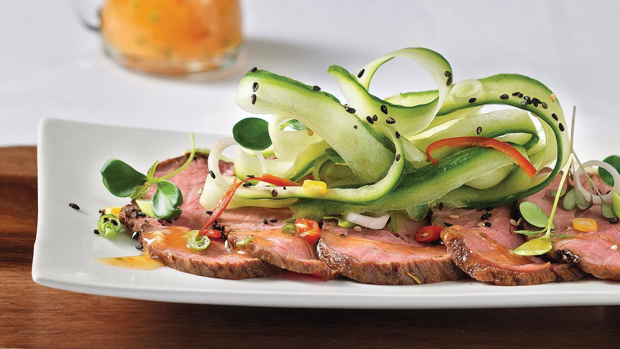Asiatischer Rindsfleisch-Salat mit Sprossen und Gurken