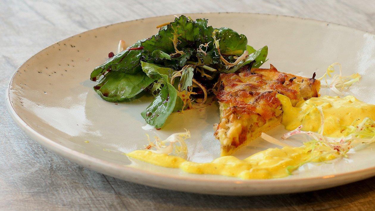 Austerpilz-Lauch Quiche mit Apfel-Currydip, Salat und Zitrusvinaigrette