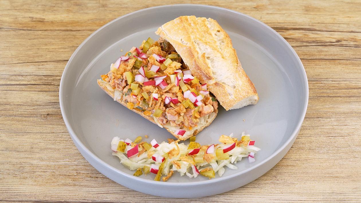 Baguette, gefüllt mit Curry-Wurst Trucker Style