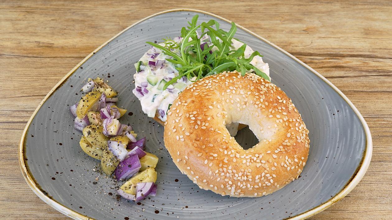 Beagle mit Thunfisch, Ei, Salatgurke und Oliven