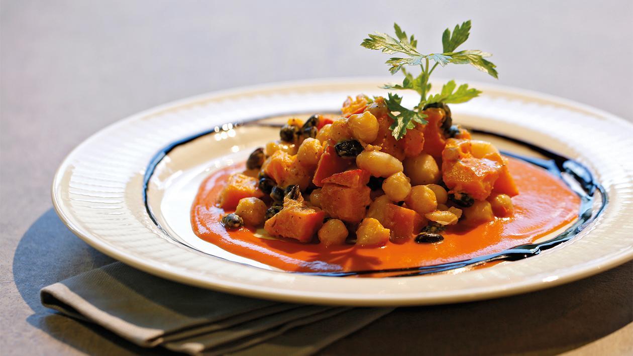 Bohnen-Allerlei und Kürbis auf Tomatensauce