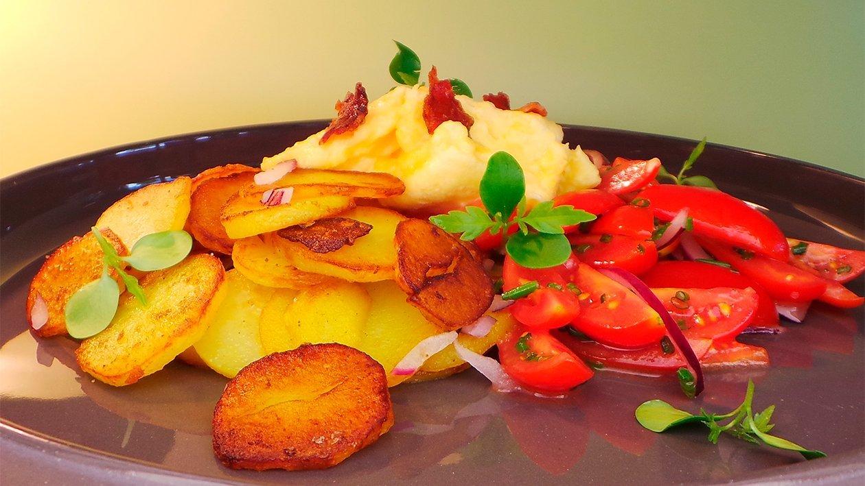 Bratkartoffeln mit Tomaten - Zwiebelsalat, Rührei und Speck