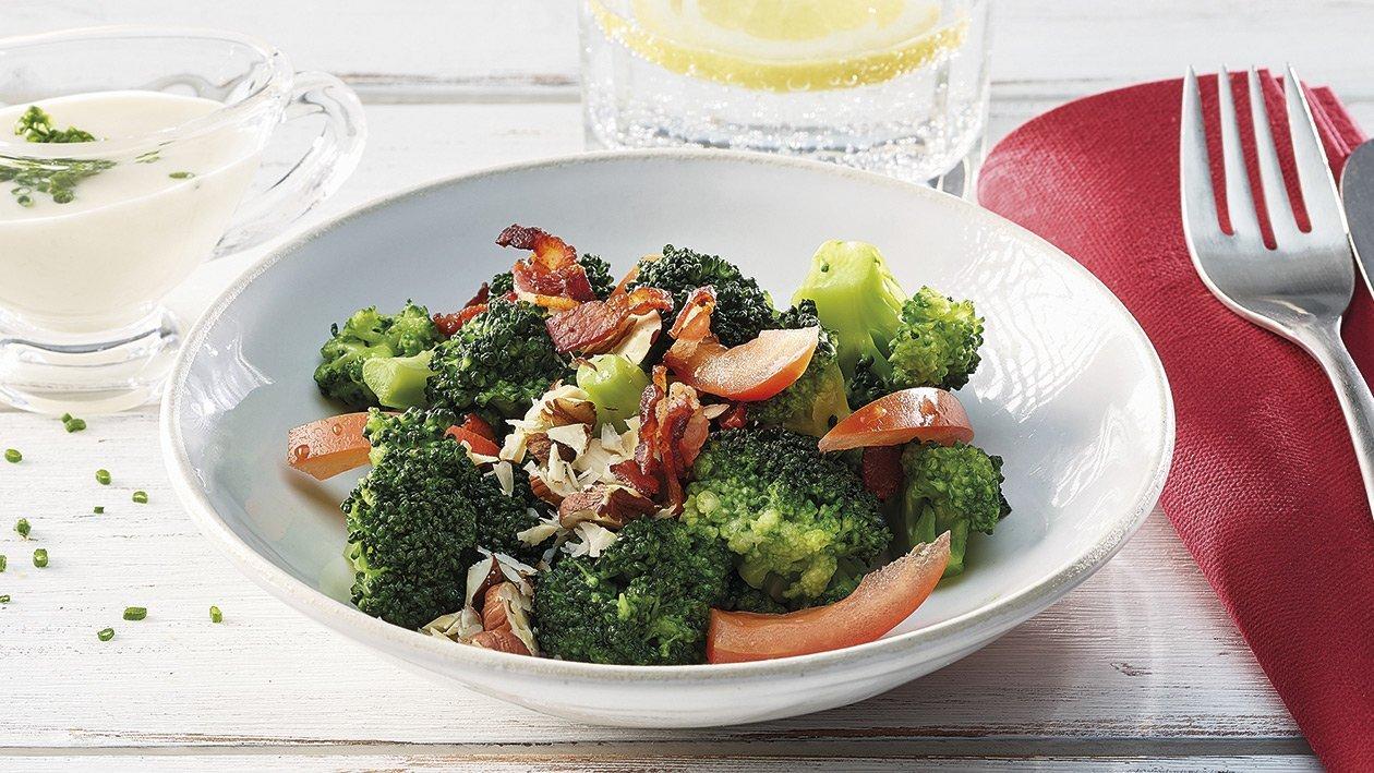 Broccoli-Salat mit Tomaten und Knusper-Speck