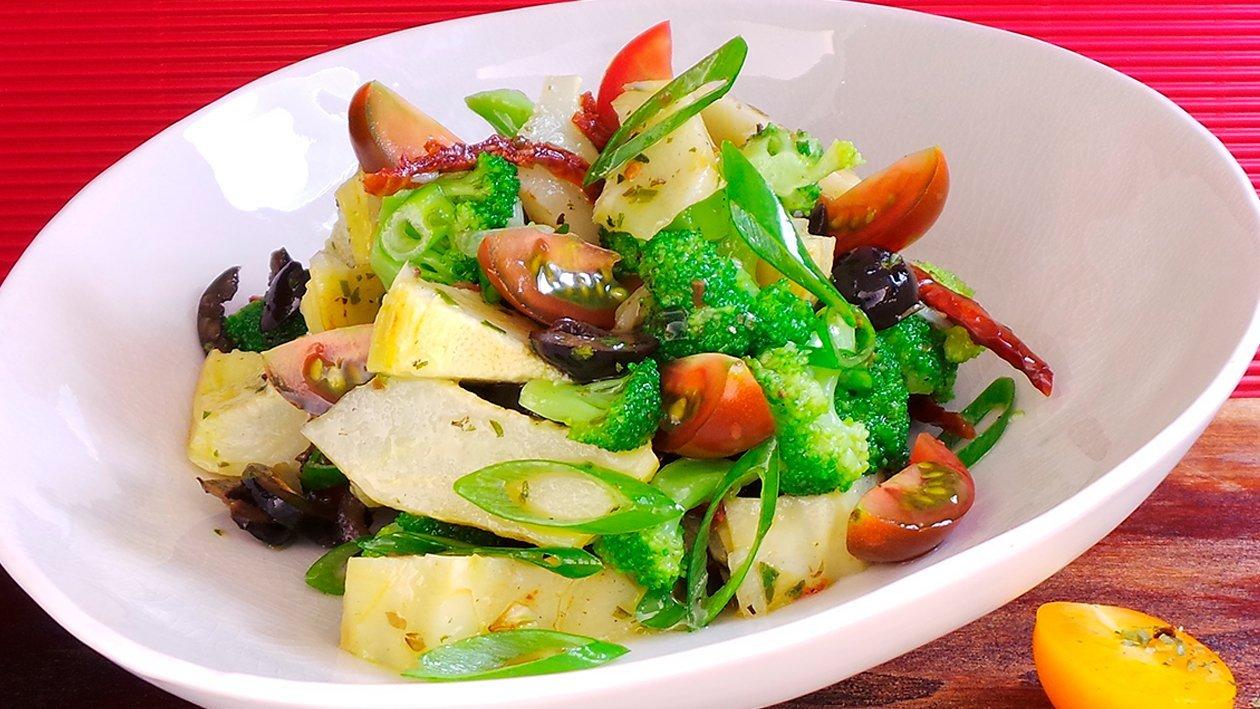 Brokkolisalat mit Artischoken und Oliven