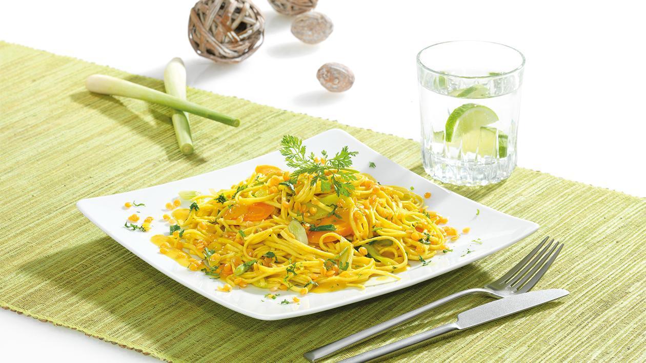 Buntes Gemüse und Noodles mit roten Linsen und Curry-Kokos-Sauce