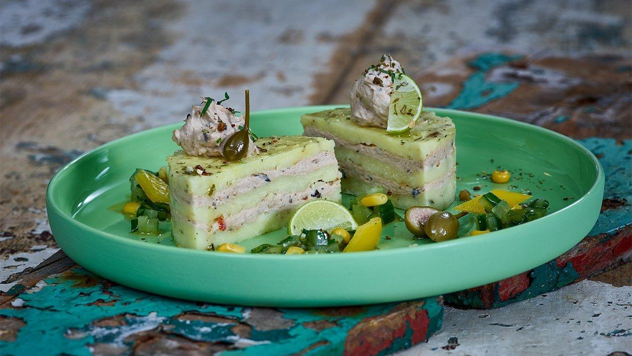 Causa Criolla mit Thunfisch, Gurke und Koriandersalat
