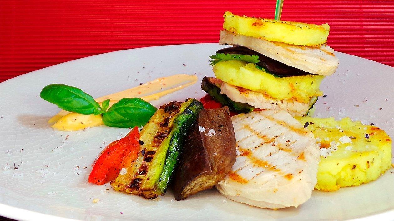 Causa Criolla Schichtgericht aus Kartoffelstampf und mariniertem Hähnchen