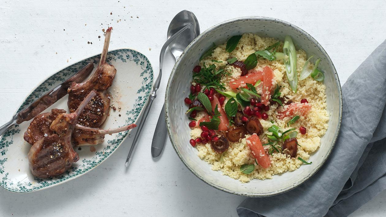 Couscous-Salat mit grillierten Lamm-Koteletts