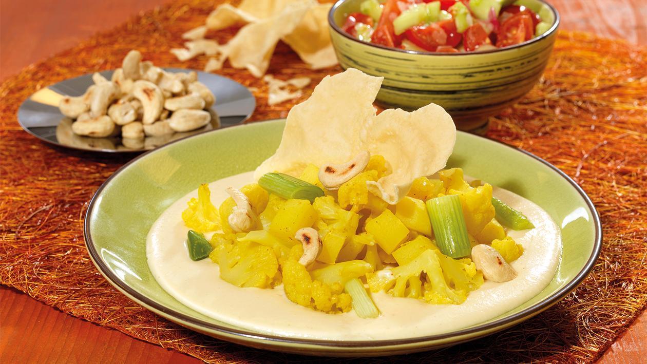 Curry-Blumenkohl und Curry-Kartoffeln in Cashewkern-Sauce