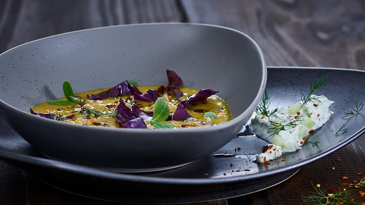 Curry-Linsensuppe mit Rotkohl aus dem Wok mit Ingwer-Raitadip