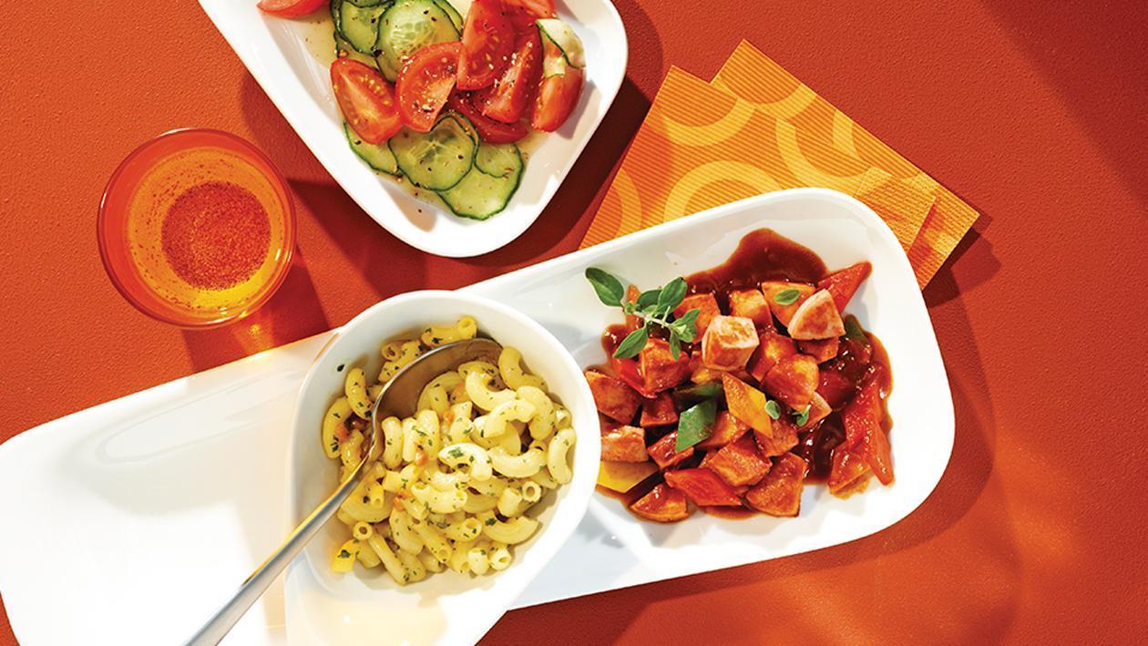 Dresdner Wurstgulasch mit Gurken-Tomaten-Salat und würzigen Nudeln