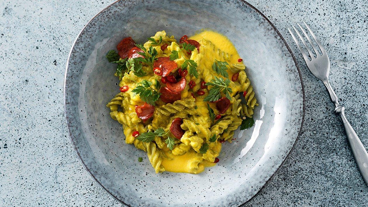 Erbsen-Fusilli und Gelbe Tomaten-Safran-Sauce