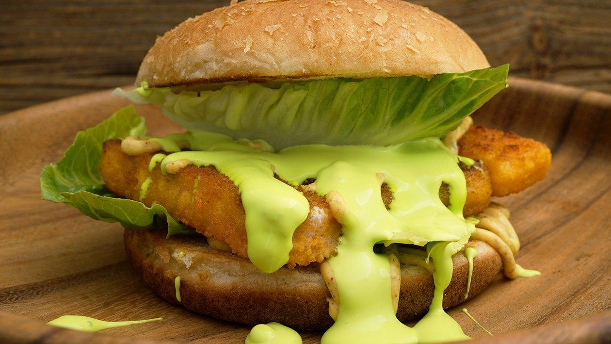 Fischstäbchen Burger mit Spinat Hollandaise im Kartoffelbrötchen