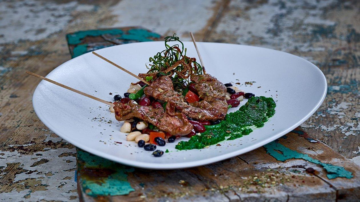 Fleischspieße mit schwarzem Bohnensalat