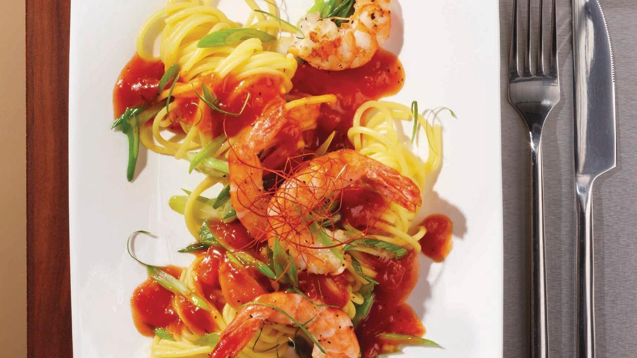 Garnelen aus dem Wok in Red-Pepper-Tomatensauce auf Spaghetti