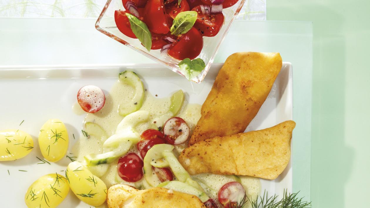 Gebackener Kabeljau mit Schmorgurken, Dillkartoffeln und Tomatensalat