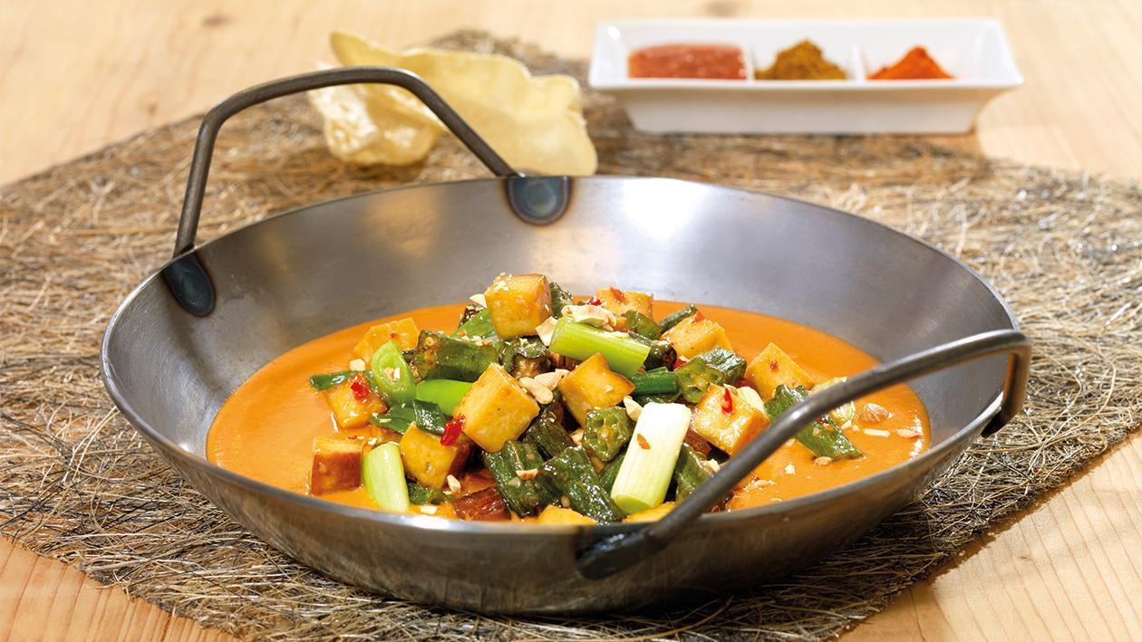 Gebackener Tofu und Okraschoten auf Tomaten Kokos-Sauce