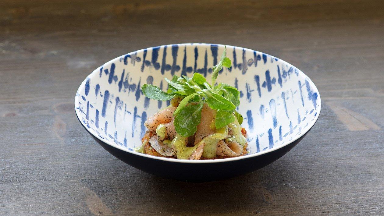 Gebeizter Lachs, Senf-Dillcreme mit Feldsalat in Kartoffel-Frenchdressing