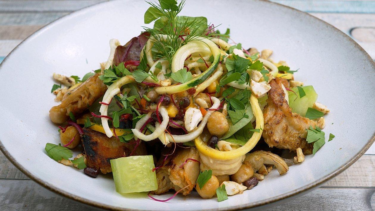 Gebratene No Chicken Chunks mit buntem Gemüsesalat