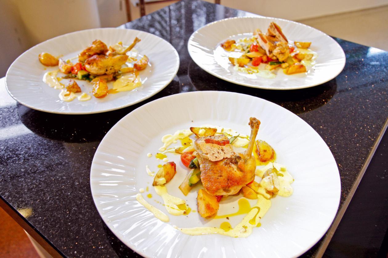 Gebratene Perlhuhnbrust mit Chorizo, Paprika-Chili-Kartoffeln, Spargel-Tomaten-Gemüse und Apfel-Hollandaise