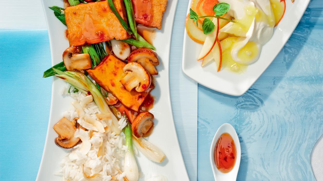 Gebratener, sojamarinierter Tofu mit geschmorten Champignons, Frühlingszwiebeln und Kokosreis