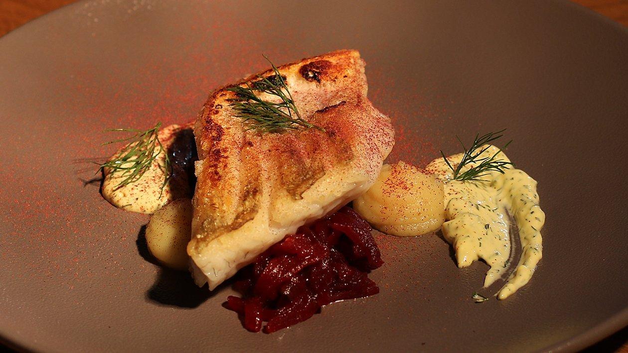 Gebratener Zander auf Pastinakenpüree, Rote Beete mit Dill Hollandaise