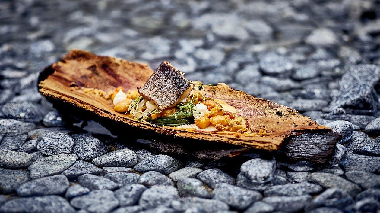 Gebratenes Huchen Filet auf Curry Bohnengemüse mit Kartoffel Crumble