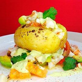 Gefüllte Kartoffel mit Shrimps. Avocado und Papaya